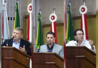 Presidente da Câmara Célio Galeski, prefeito Beto Passos e ex-deputado Antônio Aguiar usam tribuna na primeira sessão do ano